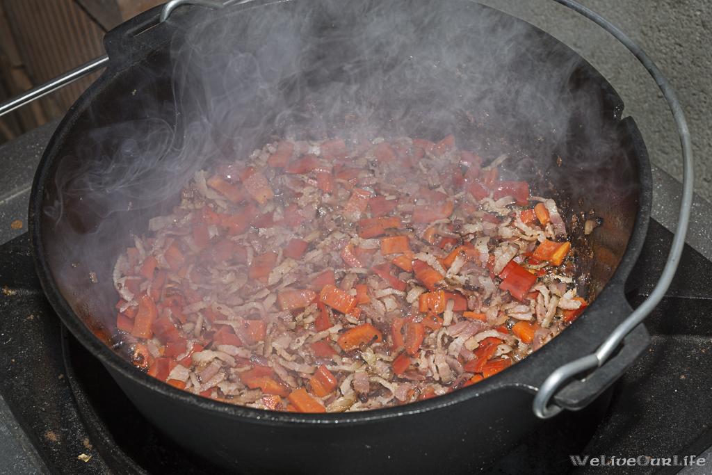 Speck auslassen, Zwiebel und Paprika mit andünsten