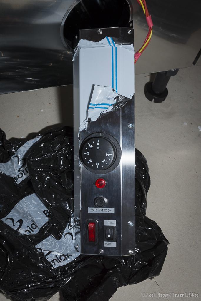Thermostat, Statuslampe, Sicherung, Ein/Aus-Schalter und Umschalter zwischen 700W und 1400W