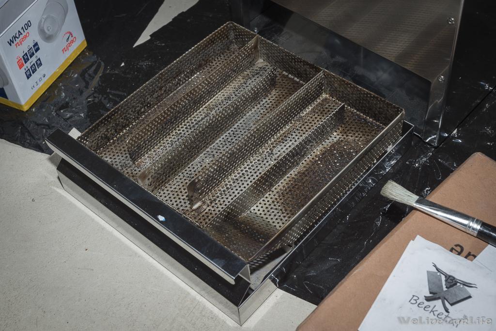 Beeketal XXL Sparbrand in der Lade des Kaltrauchvorsatzes