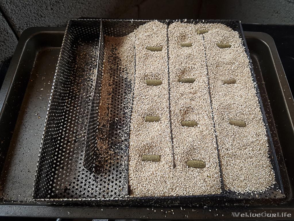 Kaltrauchgenerator mit Buchenmehl befüllt und 12 Kräuterpellets verteilt