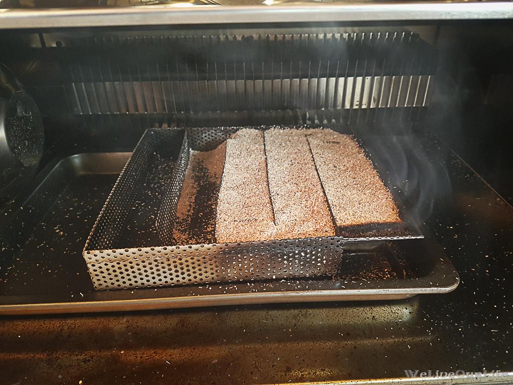 Kaltrauchgenerator gestartet und unten in den Ofen gestellt
