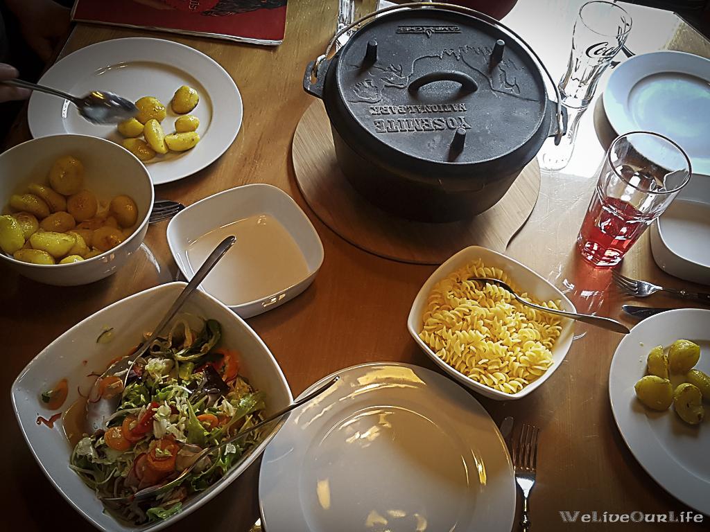 Es ist angerichtet!!! Dazu gab es Bratkartoffel, Nudeln und einen gemischten Salat...